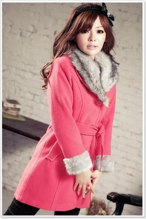 Розовое пальто с меховым вырезом.