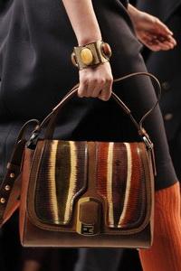 Модные сумки-кошельки только недавно появились в коллекциях известных...