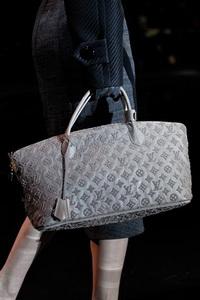 ...представлена новая коллекция осень-зима 2011-2012 от Louis Vuitton.