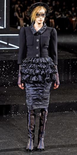 Карл Лагерфельд представил осеннюю коллекцию Chanel Haute Couture на...