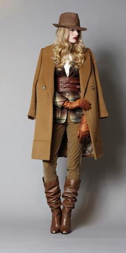 Модные сапожки в этом сезоне декорированы мехом, клепочками.