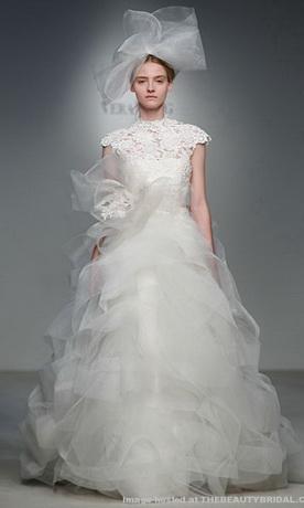 Трендом 2012 года стало разнообразние вырезов свадебных платьев.