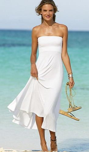 На фото модель демонстрирует летнее платье 2011 от Victoria's...