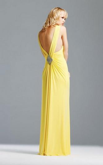Для высоких худеньких девушек подойдет короткое платье с завышенной...